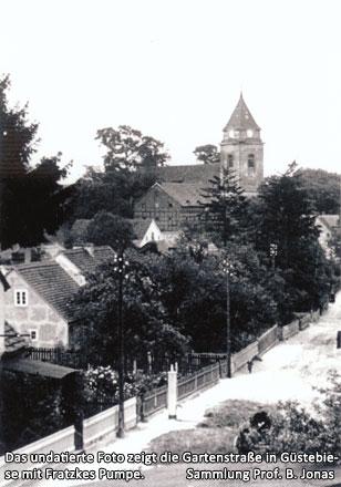Das undatierte Foto zeigt die Gartenstraße in Güstebiese mit Fratzkes Pumpe.