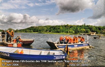 """Ablegen eines Fährbootes des THW Seelow vom """"Kap VIADRUS"""" am 12. Juni 2004."""