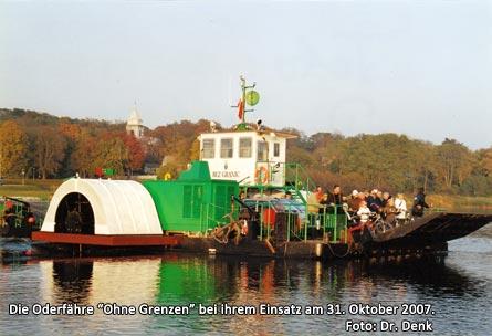 """Die Oderfähre """"Ohne Grenzen"""" bei ihrem Einsatz am 31. Oktober 2007"""