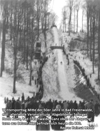 Wintersporttag Mitte der 50er Jahre in Bad Freienwalde , evtl. allerletzte Veranstaltung. Abgebildeter Springer : Horst Kams, Bad Freienwalde. Ganz oben der Absprungturm aus Beton. Hier befindet sich heute die K40.