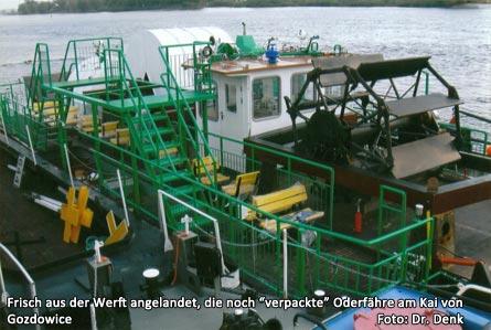 """Bild 4 Frisch aus der Werft angelandet, die noch """"verpackte"""" Oderfähre am Kai von Gozdowice"""