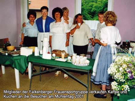Mitglieder der Falkenberger Frauensportgruppe verkaufen Kaffee und Kuchen an die Besucher am Mühlentag 2001